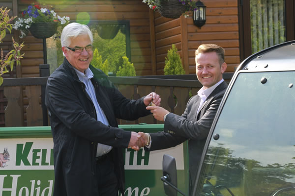 Scira's Einar Strømsvåg hands the keys of the E-gator to Kelling Heath Holiday Park's Mark Durrant.